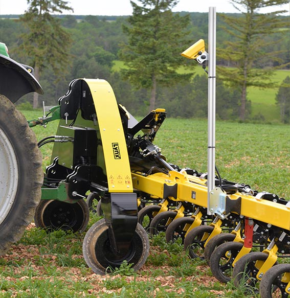 Auto-steering system with LYNX or X-GREEN guidance interface, suited to the hoe's width. Color-scanner camera for precision in-the-row guidance. Proven accuracy in slopes and pebbly soils.