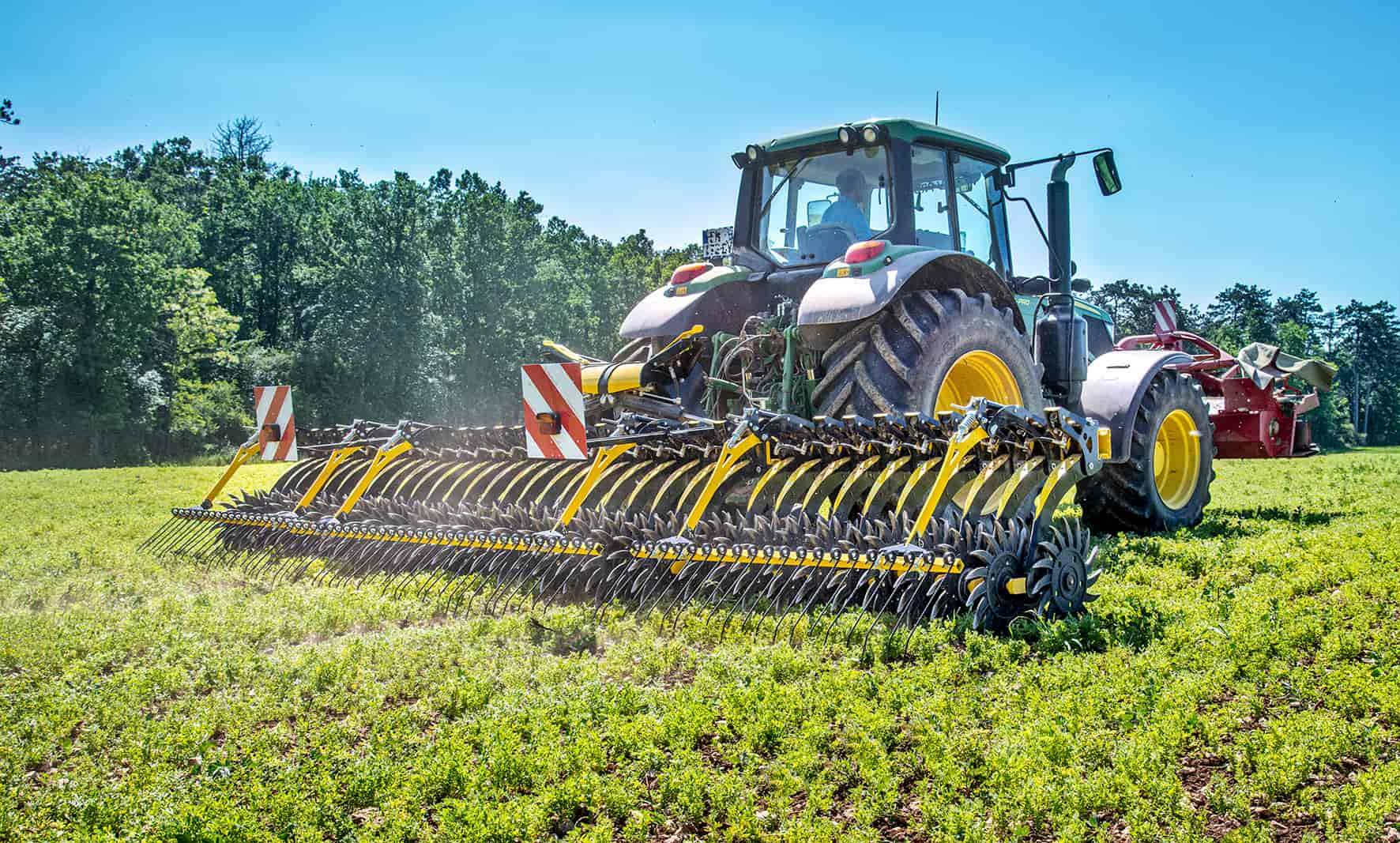 The Helios row hoe is a new crop cultivation tool for weeding, crusting and hydrating the seeding.